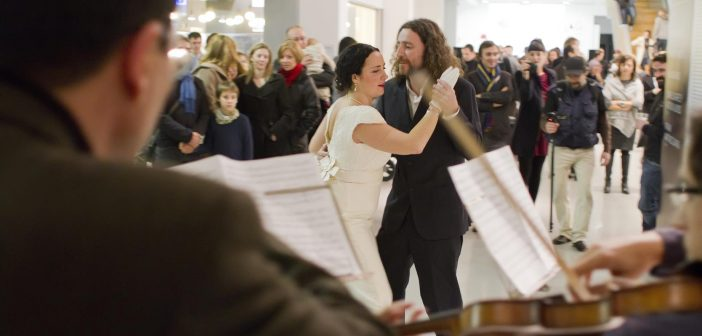 Performance ocurrida durante la inauguración de la exposición extrarradio.