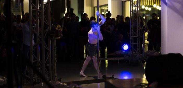 Saúl Sellés haciendo Pole Dance