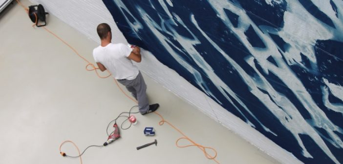 Montaje exposición Blue & White, IV beca Púenting.