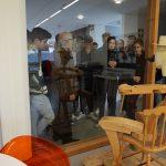 Alumnos al rededor de la obra de Paco Granja